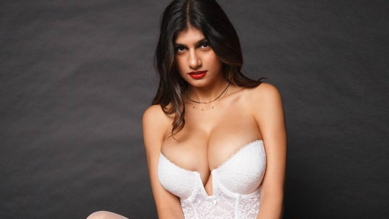 Let's all just enjoy the beautiful mess that Mia Khalifa made on her cleavage - Harriet Sugarcookie
